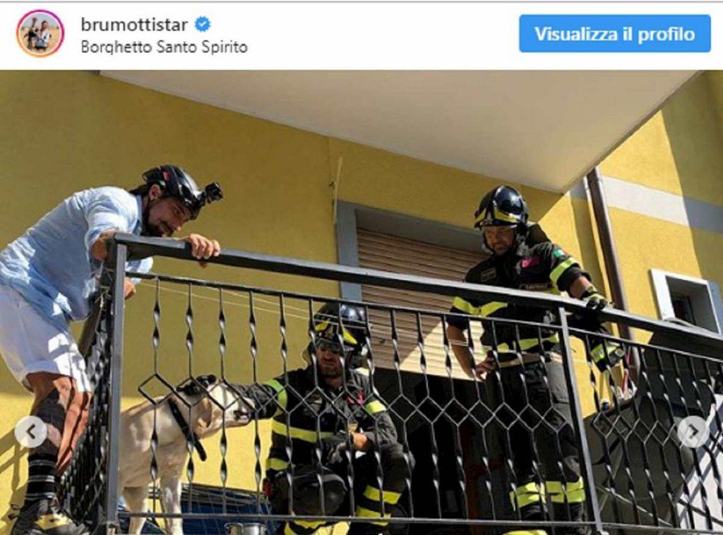 brumori e i vigili del fuoco dopo salvataggio cane