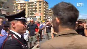 """Gavettoni contro Salvini colpiscono forze dell'ordine. Carabiniere: """"Almeno mirate bene"""""""