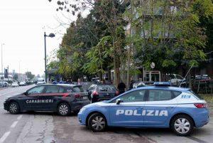 Roma, ladro di scooter fugge dai Carabinieri e va a sbattere contro volante della Polizia