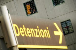 Genova, detenuto evade durante permesso premio. E rapina una tabaccheria