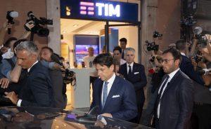 Giuseppe Conte denunciato all'Antitrust per pubblicità occulta alla Tim dal Codacons