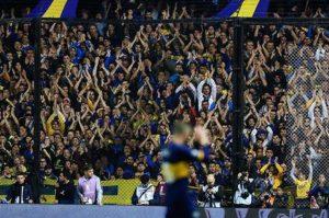 Daniele De Rossi saluta i tifosi del Boca Juniors
