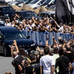 Dopo i funerali, la figlia dell'ultras della lazio Diabolik attacca il questore di Roma