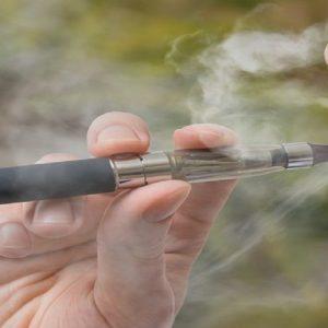 Una persona fuma una sigaretta elettronica)