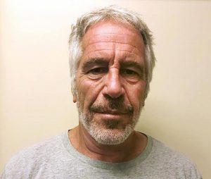 """Jeffrey Epstein, hostess del suo jet privato: """"Io violentata più volte. Accompagnai Clinton a fare shopping in Africa"""