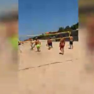 Sabaudia, Francesco Totti gioca a beach volley e Ilary Blasi... Un frame del video