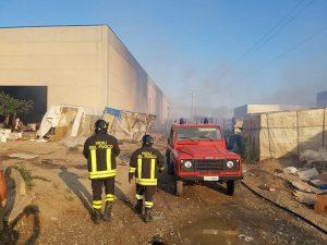 Incendio in un capannone a Metaponto di Bernalda (Matera)