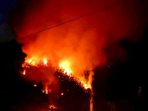 Solanas, vasto incendio: fiamme vicino alle case, abitanti evacuati