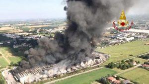 """Faenza, incendio brucia il magazzino Lotras. Appello ai cittadini: """"Rischio fumi tossici, chiudete le finestre"""""""