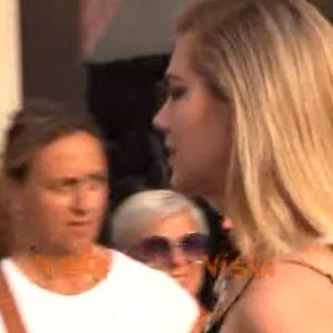 Kate Upton al Festival del cinema di Venezia in total black e super spacco VIDEO