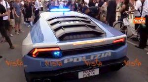 Venezia, alla mostra del Cinema sfila anche la Lamborghini della Polizia VIDEO