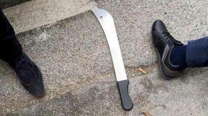 Cameri, con machete e coltello aggredisce moglie e figlia e minaccia i carabinieri: arrestato