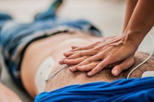 Giovane medico salva signora sul treno dopo 40 minuti di massaggio cardiaco