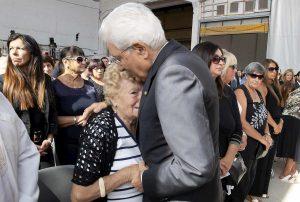 mattarella abbraccia anziana genova