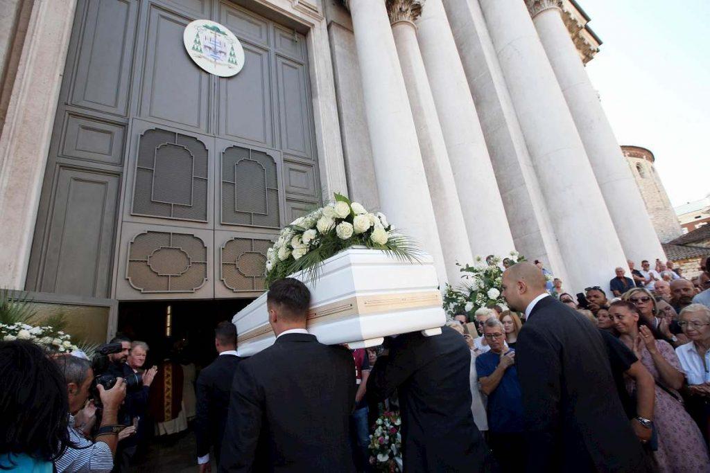 feretro nadia toffa entra in chiesa
