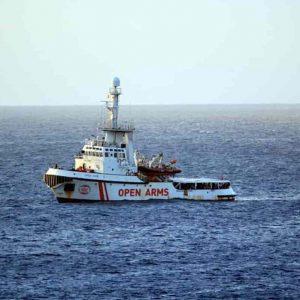 """Open Arms: """"Non possiamo garantire sicurezza a bordo"""". Matteo Salvini: """"Potevate andare in Spagna"""""""
