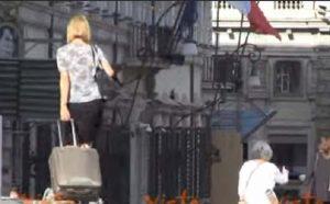 Parlamentari trascinano trolley