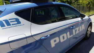 Civitanova: vede la polizia, scappa in auto e si schianta contro un muro