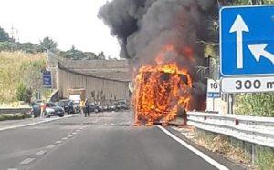 A1: pullman in fiamme tra Anagni e Collefero. Coda di 4 km