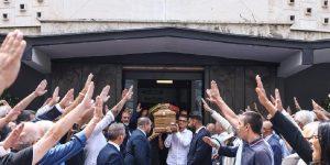 Saluti romani all'uscita dalla chiesa del feretro di Antonio Rastrelli, Ansa