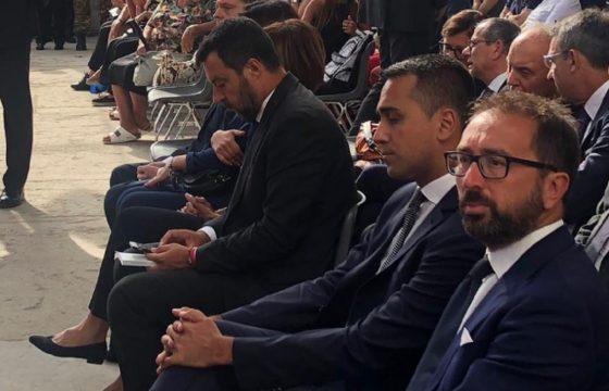 Salvini e Di Maio, la foto della crisi: neanche si guardano più