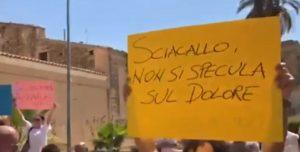 """Vittoria, Salvini visita famiglie dei cugini uccisi dal suv. Contestatori gli gridano """"sciacallo"""""""