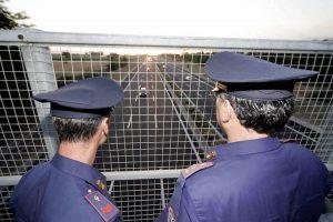 Tromello, auto colpita da un sasso lanciato da un cavalcavia: denunciati due giovani