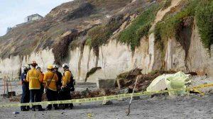 California, crolla un pezzo di scogliera sulla spiaggia vicino San Diego: 3 morti