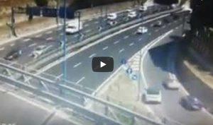 Napoli, retromarcia in tangenziale: sfiorato lo schianto VIDEO