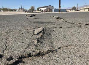 Una strada rovinata da una scossa di terremoto