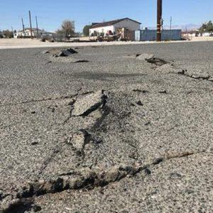 Una strada dopo una scossa di terremoto, foto Ansa