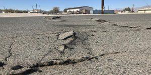 Una strada dopo una scossa di terremoto