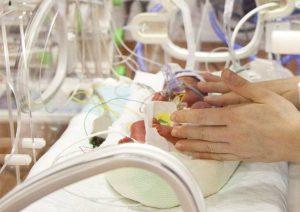 Milano, incendio al Policlinico: 23 bimbi evacuati dal reparto di Terapia intensiva neonatale