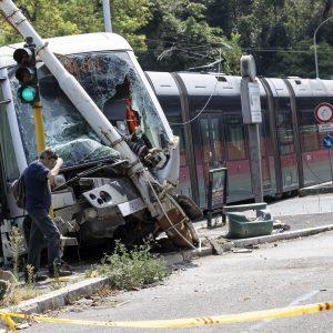 Il tram deragliato a Roma