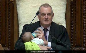 Nuova Zelanda: lo speaker della Camera mentre allatta in aula