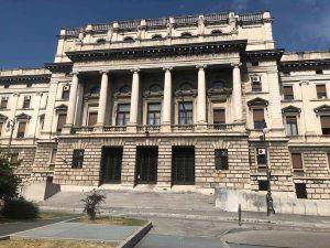 """Bergamo, in tribunale con bermuda e infradito. Il giudice lo allontana: """"Vada a cambiarsi"""""""