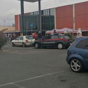 Bimba nell'auto nel parcheggio