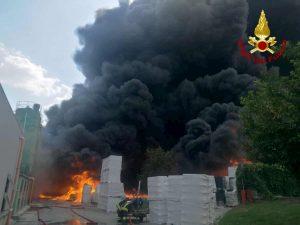 Avellino: incendio Ics finalmente spento ma ora c'è l'allarme nube tossica