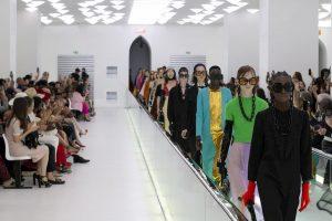 """Gucci, modella protesta in passerella: ''La salute mentale non è moda"""""""