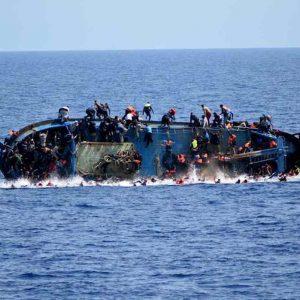 Migranti, barcone con 50 a bordo si capovolge al largo della Libia. L'allarme Unhcr
