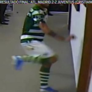 YOUTUBE Bruno Fernandes spacca due porte degli spogliatoi dopo l'espulsione
