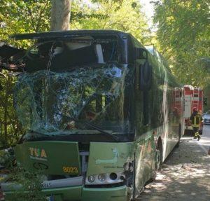 Bus contro un albero vicino a Pescara