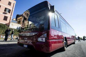 Roma, autista Atac picchiato a sangue da otto ragazzi: caccia alla baby gang