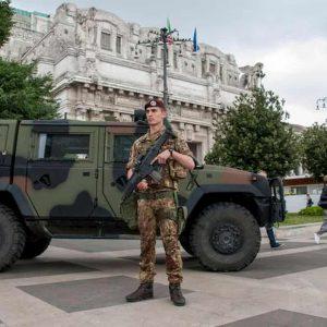 """Milano, militare pugnalato con delle forbici da straniero che poi urla """"Allah akbar"""""""