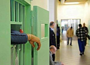 Genova: detenuto italiano cerca di strangolare agente nel carcere di Marassi