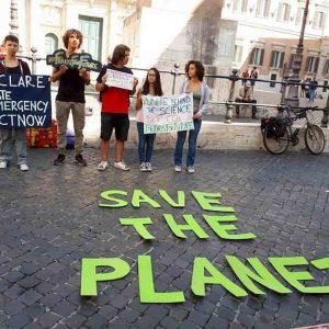 Clima, il governo invita le scuole a giustificare le assenze degli studenti che manifestano