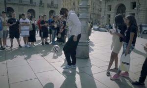 Cristiano Ronaldo travestito palleggia in Piazza Castello? Il video caricato su YouTube