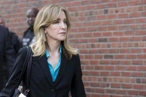 Felicity Huffman condannata a 14 giorni di carcere: pagò 15mila$ per far ammettere la figlia al college