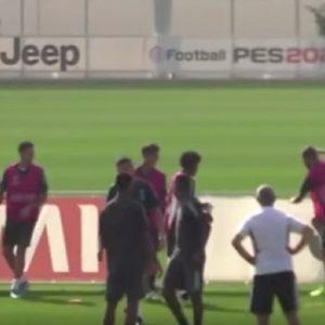 Juventus, Higuain perde la testa in allenamento: calci a cartellone e collaboratore di Sarri VIDEO