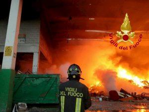 Battipaglia, incendio in deposito pneumatici: nube di diossina invade la città